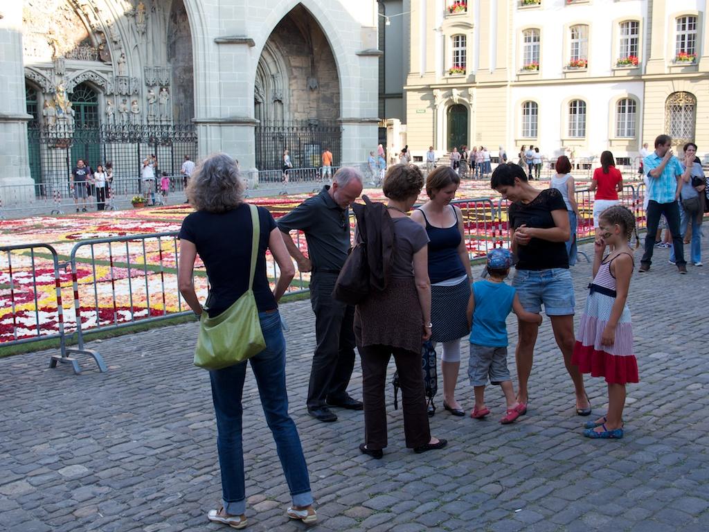 Vor dem Blumenmeer auf dem Münsterplatz